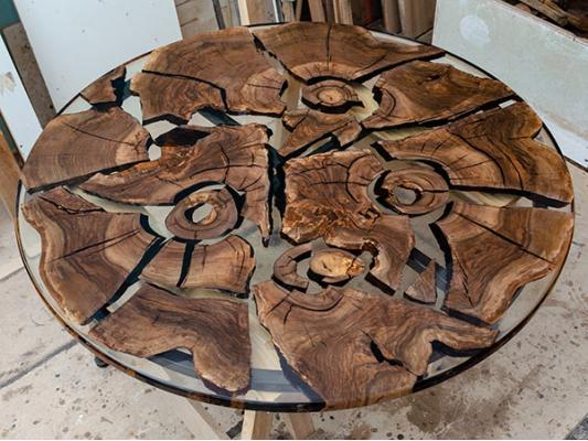 Круглый обеденный стол из слэба ореха