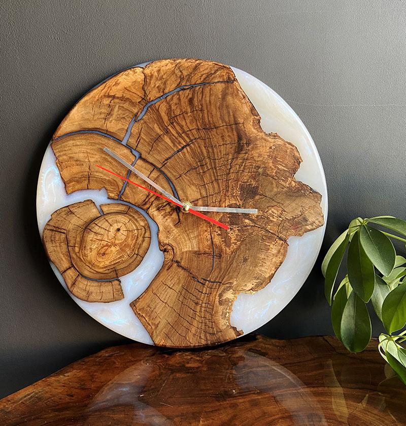 Часы из дерева и перламутровой эпоксидной смолы