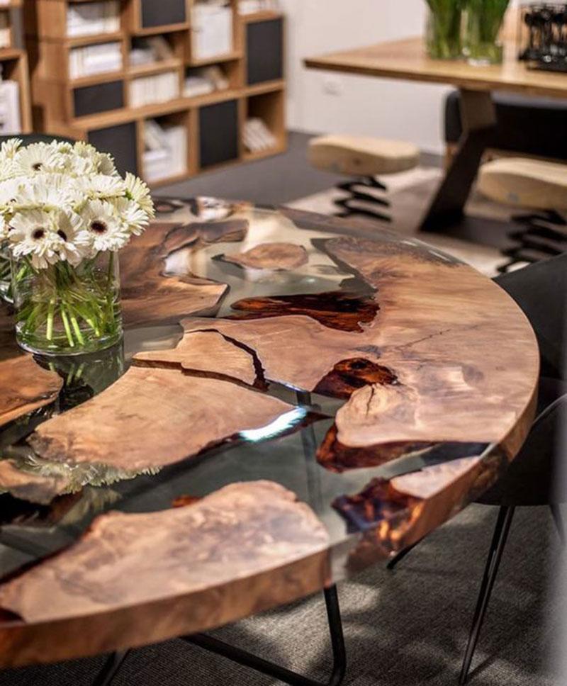 Круглый обеденный стол из дерева и прозрачной эпоксидной смолы