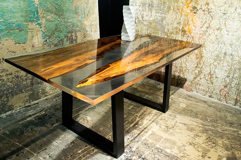Обеденный стол с эпоксидной смолой