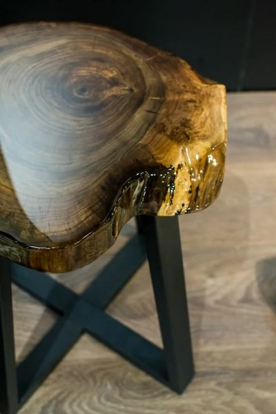 Табурет из спила дерева, покрытый эпоксидной смолой